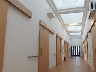 高い屋根から光が降り注ぐ廊下